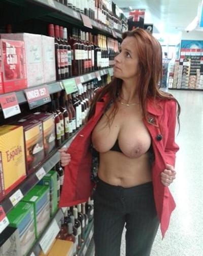 スーパーやコンビニで露出プレイしてる海外女性の画像 4