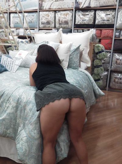 スーパーやコンビニで露出プレイしてる海外女性の画像 8
