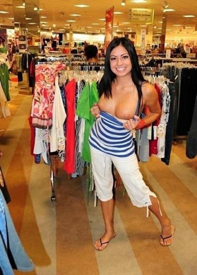 スーパーやコンビニで露出プレイしてる海外女性の画像 18