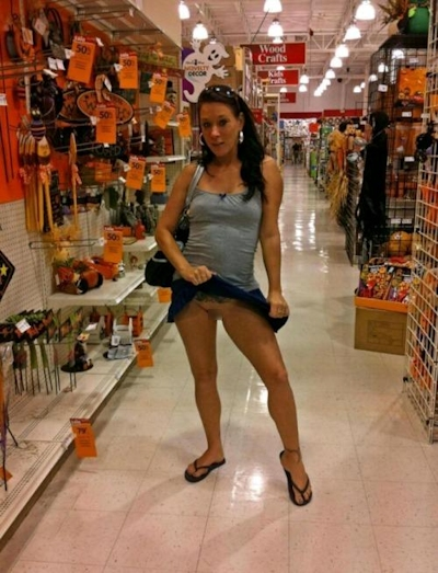 スーパーやコンビニで露出プレイしてる海外女性の画像 19