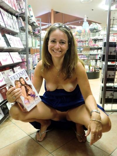 スーパーやコンビニで露出プレイしてる海外女性の画像 22