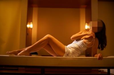 美乳女性のセクシーランジェリーヌード画像 4