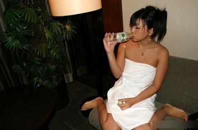 ラブホで飲み物を飲んでる女性の画像 14