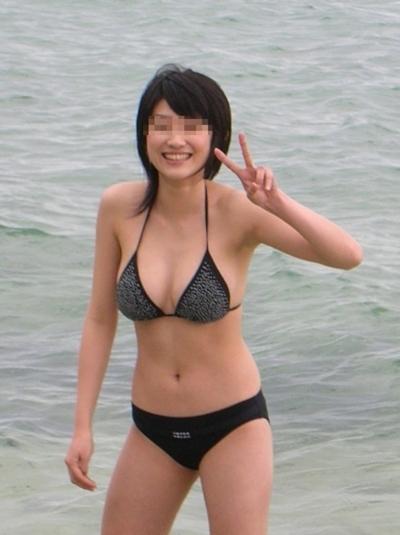 ビーチにいた巨乳素人女性のビキニ画像 5