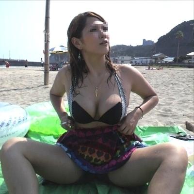 ビーチにいた巨乳素人女性のビキニ画像 9