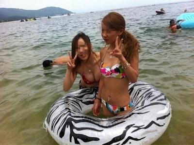 ビーチにいた巨乳素人女性のビキニ画像 11