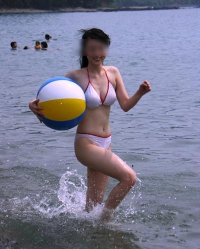 ビーチにいた巨乳素人女性のビキニ画像 14