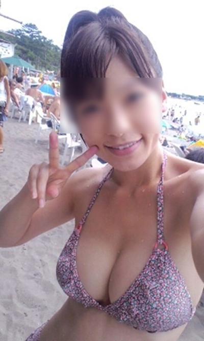 ビーチにいた巨乳素人女性のビキニ画像 21