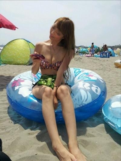 ビーチにいた巨乳素人女性のビキニ画像 23