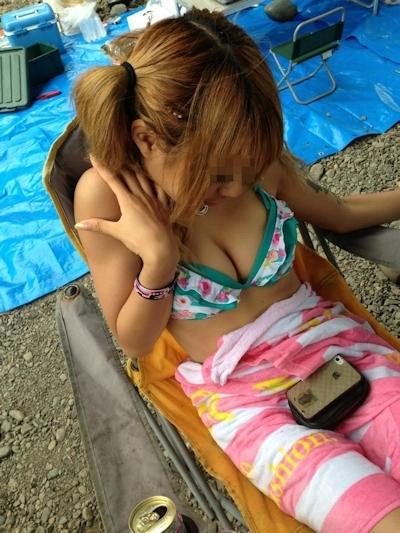 ビーチにいた巨乳素人女性のビキニ画像 24