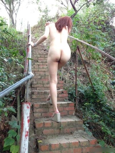 美乳な中国美女の野外露出ヌード画像 1