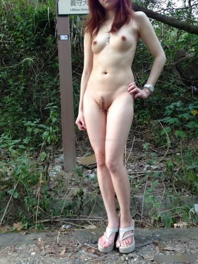 美乳な中国美女の野外露出ヌード画像 6