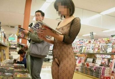 本屋の店内で露出してるヌード画像 3