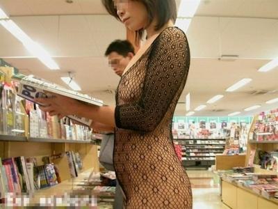 本屋の店内で露出してるヌード画像 5