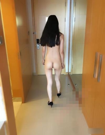 配達に来た人に全裸で対応するスレンダー女性のヌード画像 3