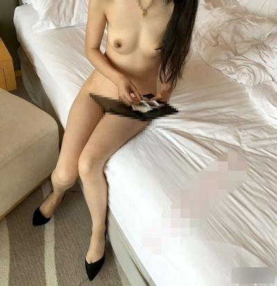 配達に来た人に全裸で対応するスレンダー女性のヌード画像 8