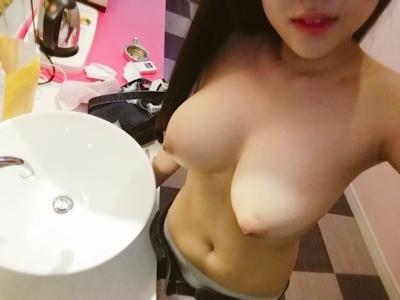 ロケット巨乳な韓国女性の自分撮りヌード画像 3