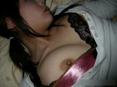 熟睡してる女性のおっぱいを撮影した画像 5