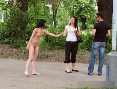 日本の素人女性の野外露出ヌード画像 17
