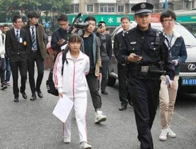 中国・杭州で女子高生が「20万元(約300万)で処女売ります」と道に立ち渋滞発生