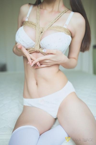 下着姿の美少女のセクシー緊縛画像 5