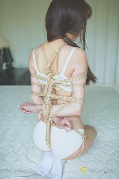 下着姿の美少女のセクシー緊縛画像 9