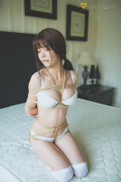 下着姿の美少女のセクシー緊縛画像 10