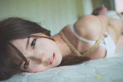 下着姿の美少女のセクシー緊縛画像 11