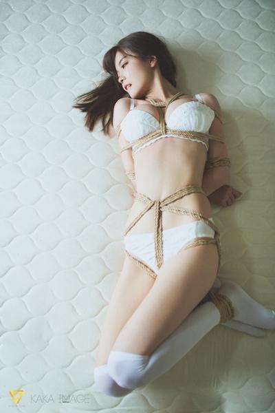 下着姿の美少女のセクシー緊縛画像 12