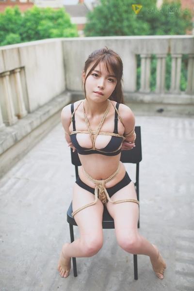 下着姿の美少女のセクシー緊縛画像 14