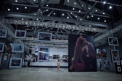 芸術大学の展示会された中国美乳美女モデルのアートなヌード画像 6