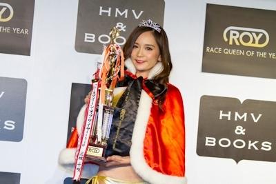 王者サードのRQ、三城千咲さんがレースクイーン・オブ・ザ・イヤー15-16を受賞