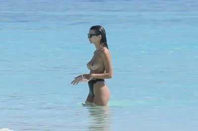 Emily Ratajkowski(エミリー・ラタコウスキー)がビーチでパパラッチされたトップレス画像 4