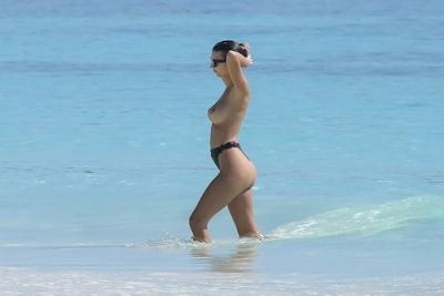 Emily Ratajkowski(エミリー・ラタコウスキー)がビーチでパパラッチされたトップレス画像 5