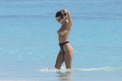 Emily Ratajkowski(エミリー・ラタコウスキー)がビーチでパパラッチされたトップレス画像 6