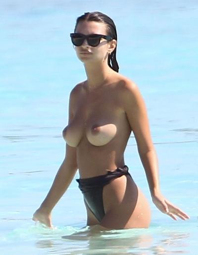 Emily Ratajkowski(エミリー・ラタコウスキー)がビーチでパパラッチされたトップレス画像 13