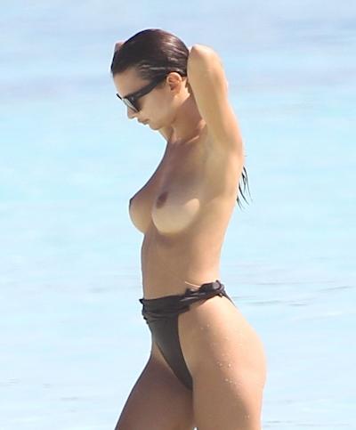 Emily Ratajkowski(エミリー・ラタコウスキー)がビーチでパパラッチされたトップレス画像 15