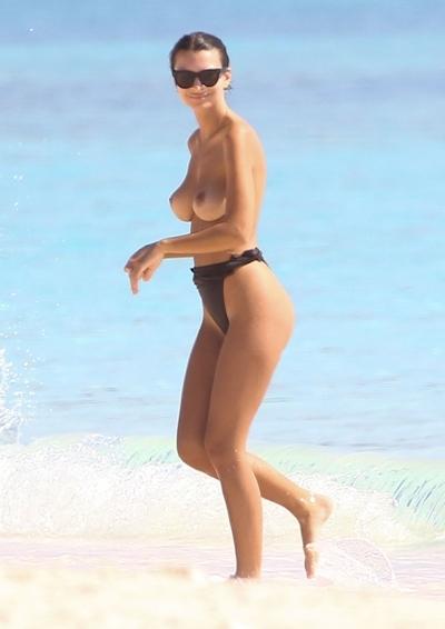 Emily Ratajkowski(エミリー・ラタコウスキー)がビーチでパパラッチされたトップレス画像 18