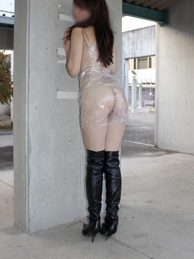 全裸に透明なラップだけ巻いて野外露出してる素人女性のヌード画像 1