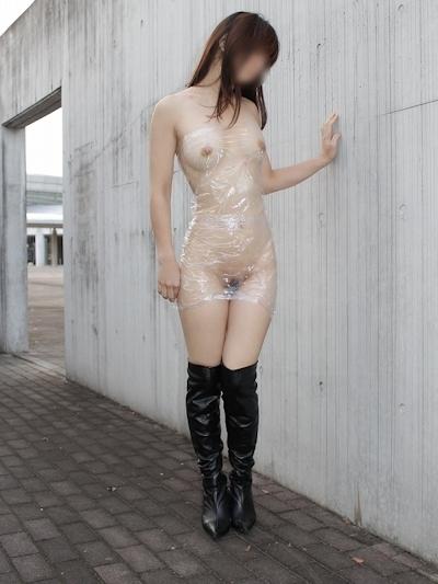全裸に透明なラップだけ巻いて野外露出してる素人女性のヌード画像 2