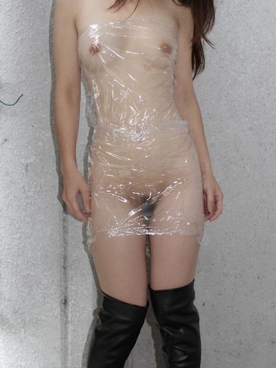 全裸に透明なラップだけ巻いて野外露出してる素人女性のヌード画像 6