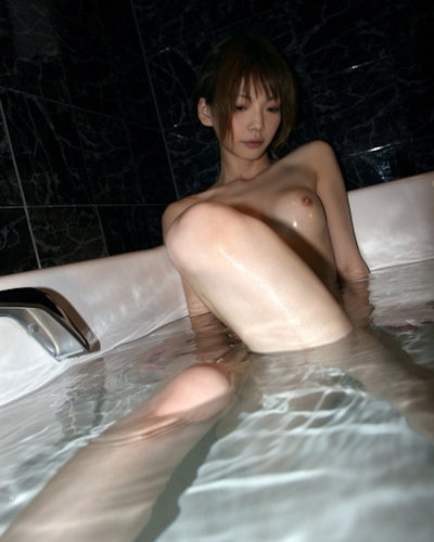 美女の入浴シーンヌード画像 1