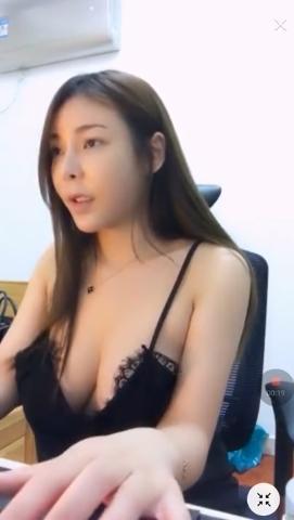 台湾の巨乳美人ゲーマーがおっぱい見えそうなセクシーな格好でプレイ 1