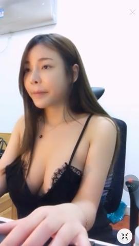台湾の巨乳美人ゲーマーがおっぱい見えそうなセクシーな格好でプレイ 2