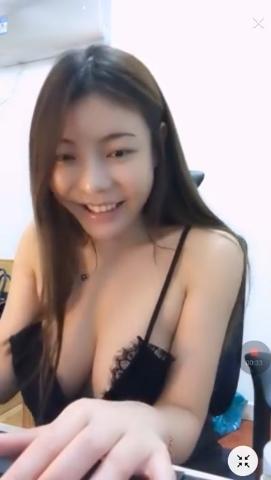 台湾の巨乳美人ゲーマーがおっぱい見えそうなセクシーな格好でプレイ 3