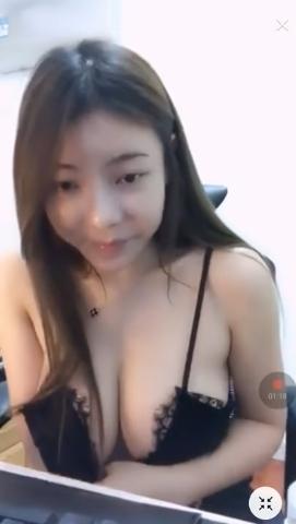 台湾の巨乳美人ゲーマーがおっぱい見えそうなセクシーな格好でプレイ 4