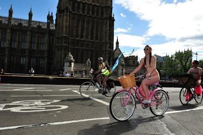 全裸で自転車に乗るイベント「Naked Bike Ride(ネイキッド・バイク・ライド)」に全裸で参加してる美女のヌード画像 7