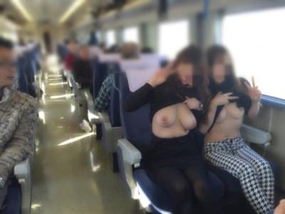美乳な素人女性が電車内で露出してるヌード画像 5