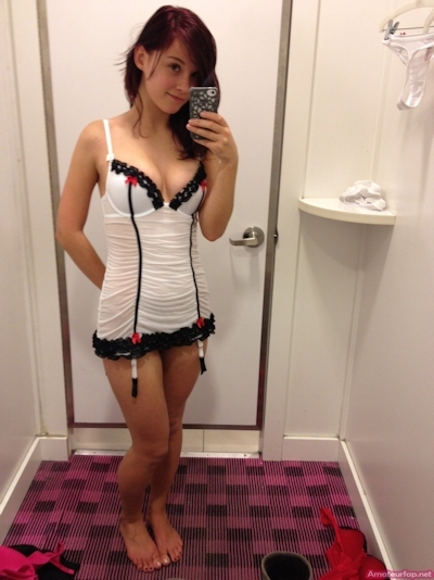 試着室で裸になって自分撮りした西洋女性のヌード画像 2