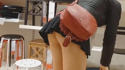 ノーパンで買い物してる女性がいたんで後をつけて隠し撮りしたという画像 2